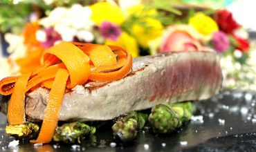 Lomo de atún rojo de almadraba a la plancha sobre cama de trigueros y flor de sal- Restaurante La Española- Restaurante Pozuelo